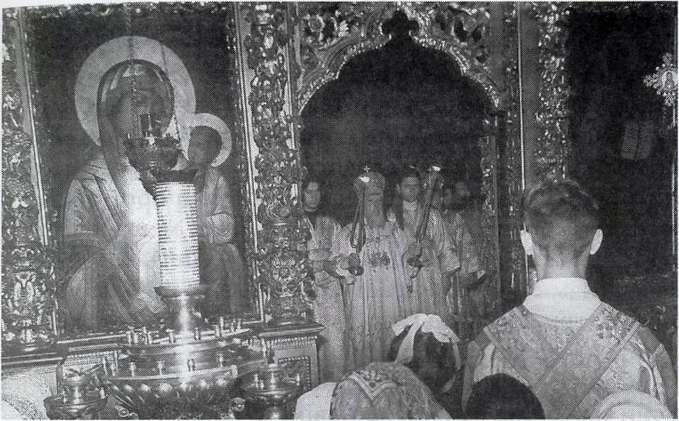 Святейший Патриарх Алексий I (Симанский), cлева – иерод. Макарий (Васькин), справа – иерод. Серапион (Фадеев), в глубине алтаря – наместник Лавры архим. Пимен (Хмелевский)