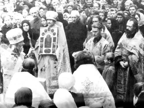Первое богослужение в возрожденной Лавре