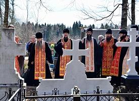 На Радоницу на кладбище в Деулино совершены панихиды по почившей лаврской братии