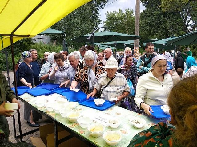 В Паломнической слободе Троице-Сергиевой Лавры состоялся праздничный благотворительный обед