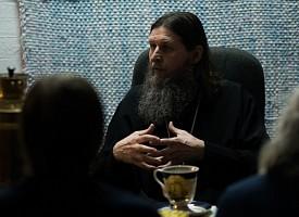 Митрополит Архангельский и Холмогорский Даниил побеседовал с волонтерами Лавры