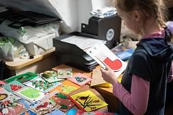 Волонтеры Лавры вручили детям-инвалидам открытки