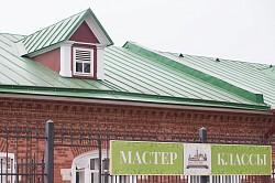 В Троицком доме ремёсел прошёл мастер-класс по русской народной росписи для группы пожилых людей от Службы социальной защиты