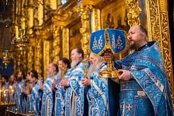 В соборах Свято-Троицкой Сергиевой Лавры прошли Божественные литургии в честь Похвалы Пресвятой Богородицы