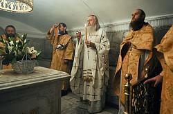 Архиепископ Каширский Феогност совершил Литургию в крипте Успенского собора Лавры
