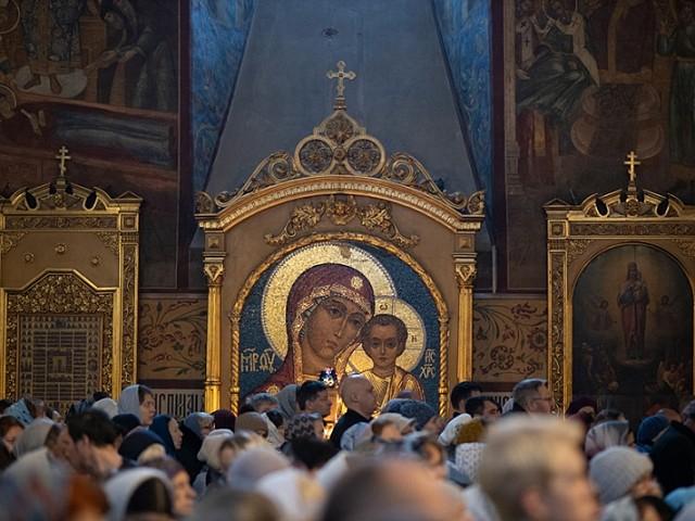 Епископ Парамон совершил праздничные богослужения в честь Казанской иконы Божией Матери