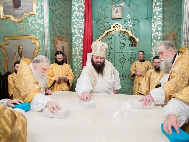 В праздник Зачатия Пресвятой Богородицы епископ Парамон освятил престол в Трапезном храме Лавры