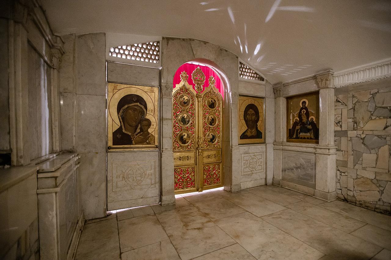 Придел в честь Радонежских святых в крипте Успенского собора Лавры