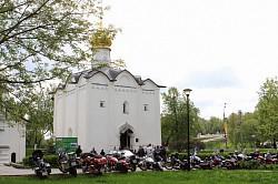 Молодожены-мотоциклисты обвенчались на Пятницом подворье Лавры