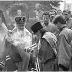 Святейший патриарх на краю раскопа совершает каждение честных останков прп. Максима Грека, находящихся внутри раскопа