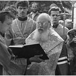 Святейший патриарх читает молитву прп. Максиму Греку перед его святыми мощами