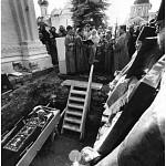Святейший патриарх читает молитву прп. Максиму Греку перед его святыми мощами. Общий вид