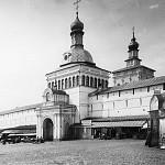 Красная башня, фото конца XIX века. Над воротами видны окна, а выше по центру - часы